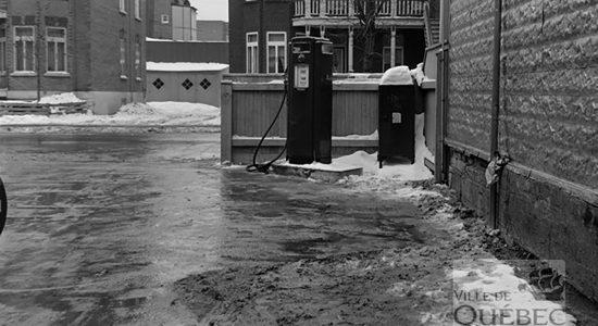 Pompe à essence du poste de police numéro 12 en 1963 - Céline Fabriès
