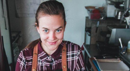 Ann-Rika Martin à la barre du camion-restaurant de la Baie de Beauport - Monlimoilou