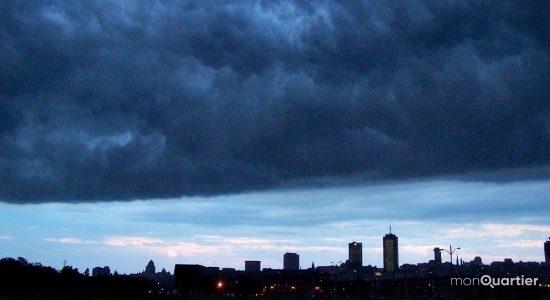 Saint-Roch (Pointe-aux-Lièvres). Passage de l'arcus d'un orage approchant du nord. 4 août 2020.