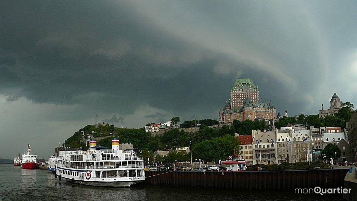 Puissant orage précédé d'un arcus de type multicouches approchant du Vieux-Québec. 10 juin 2008.
