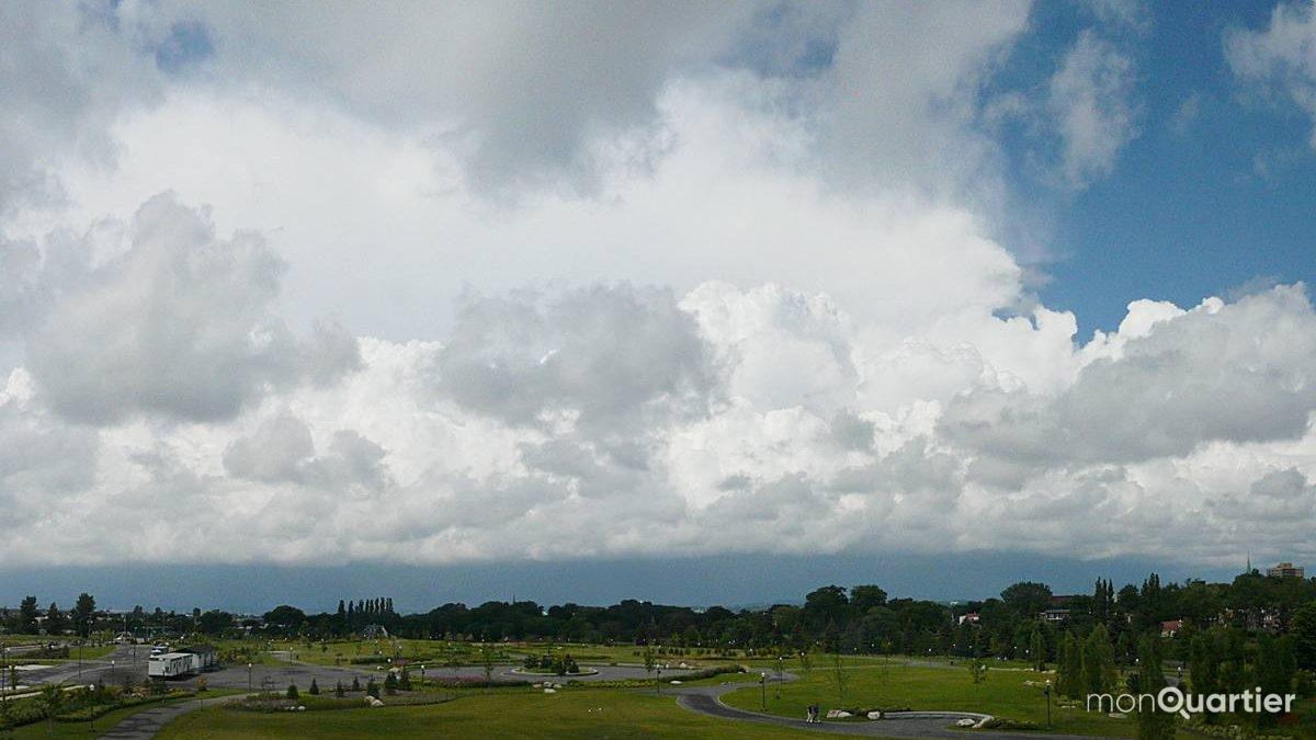 Saint-Roch (Pointe-aux-Lièvres). Approche d'un orage, au nord. 2 août 2011.